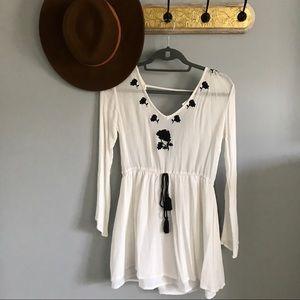 Boho chic white v neck embroidered dress— S